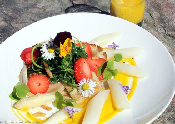 Gewürzpfannkuchen mit Spargelgemüse, geschmortem Rucola-Erdbeernest und Frühlingsblumen