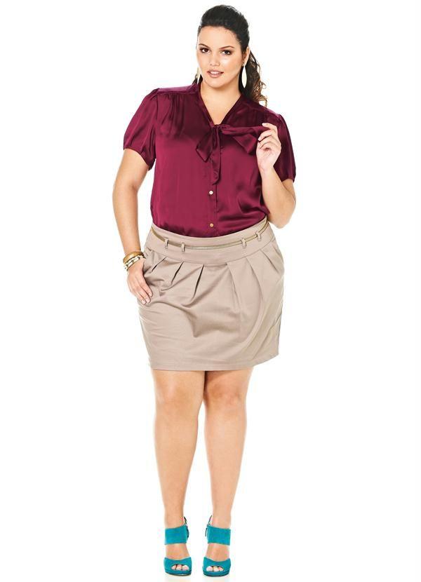 Camisa de Cetim Lunender Plus Violeta Bomplant. Camisa plus de cetim é muito elegante e tem a manga fofinha, que dá um charme extra ao look, e um lindo laço na gola.