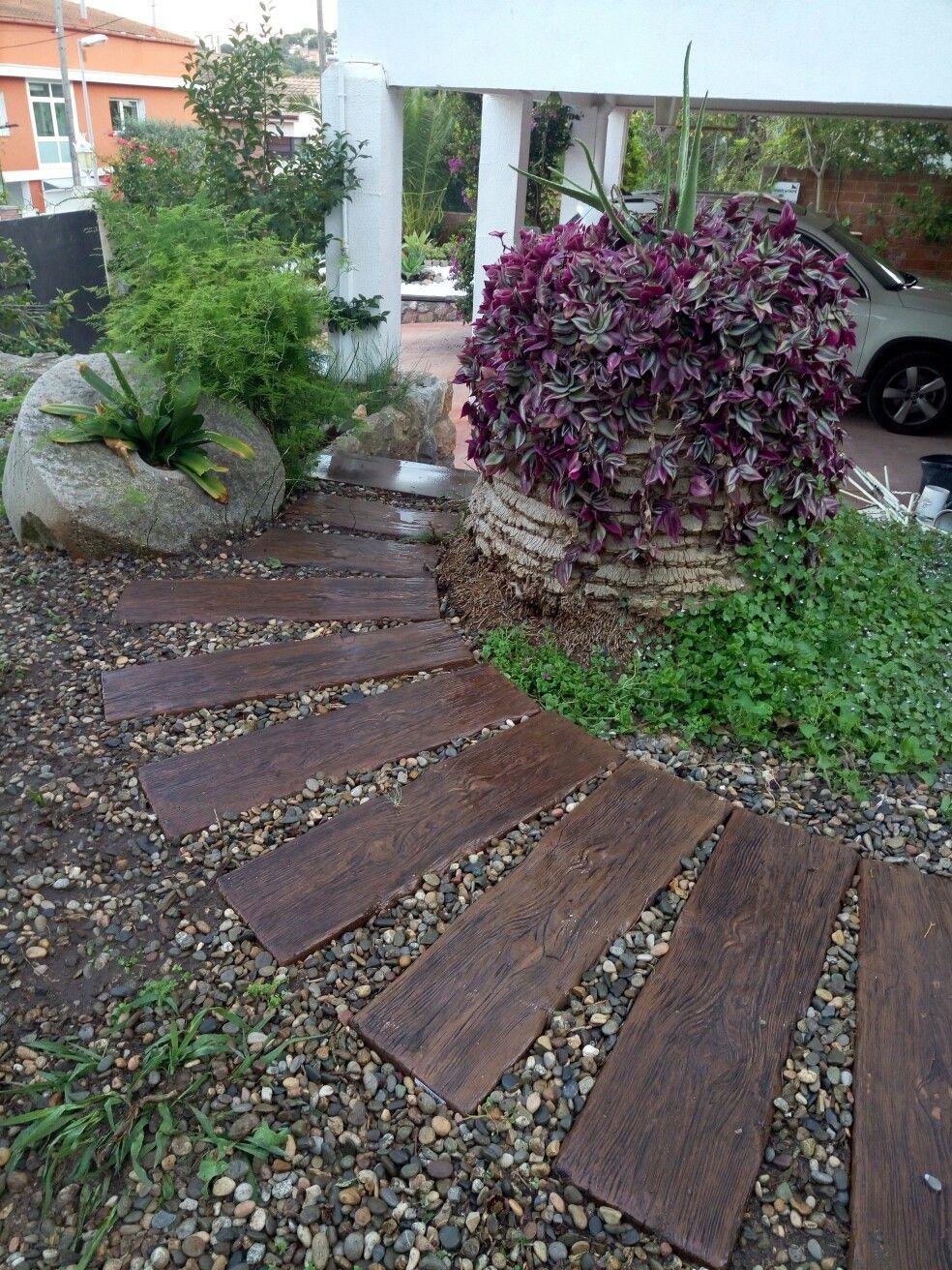 Camino piedra imitaci n madera rincones de mi jard n Decoracion de jardines con piedras y madera