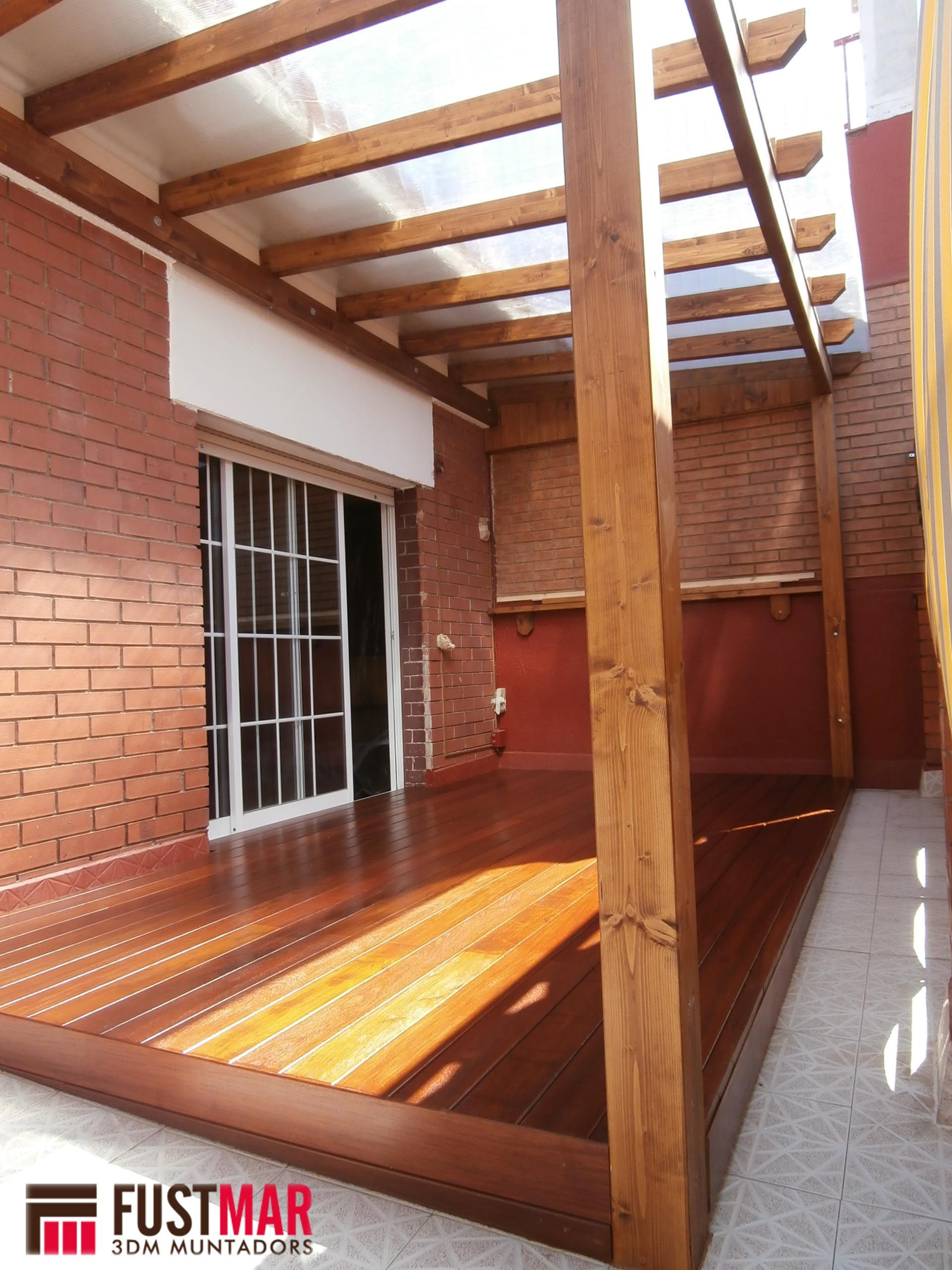Pergolas de madera de abeto laminado con techo de for Choza de jardin de madera techo plano