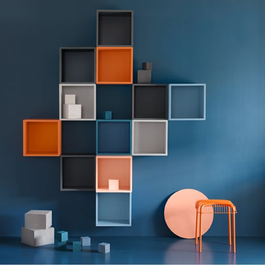 Eine blaue Wand, u. a. mit EKET Schrankkombination für Wandmontage ...