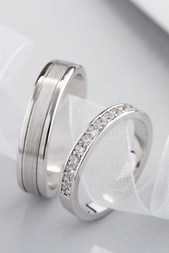 Photo of Alliances en or blanc avec diamants. Bagues en diamant. Bandes de mariage. Couple rin …