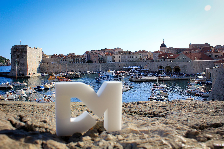 """Puerto de Dubrovnik – Dalmacia, Croacia: Dubrovnik es una ciudad costera localizada en la región de Dalmacia en la moderna Croacia. Tiene una población (2001) de 43.770 habitantes. Es uno de los centros turísticos más importantes del mar Adriático. Se la conoce como """"la perla del Adriático""""."""
