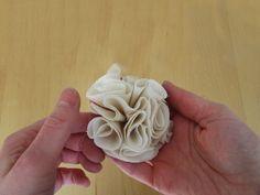 Mit dieser Stoffblumen-Anleitung kannst Du ganz einfach Broschen, Haarreifen oder Ketten verschönern.