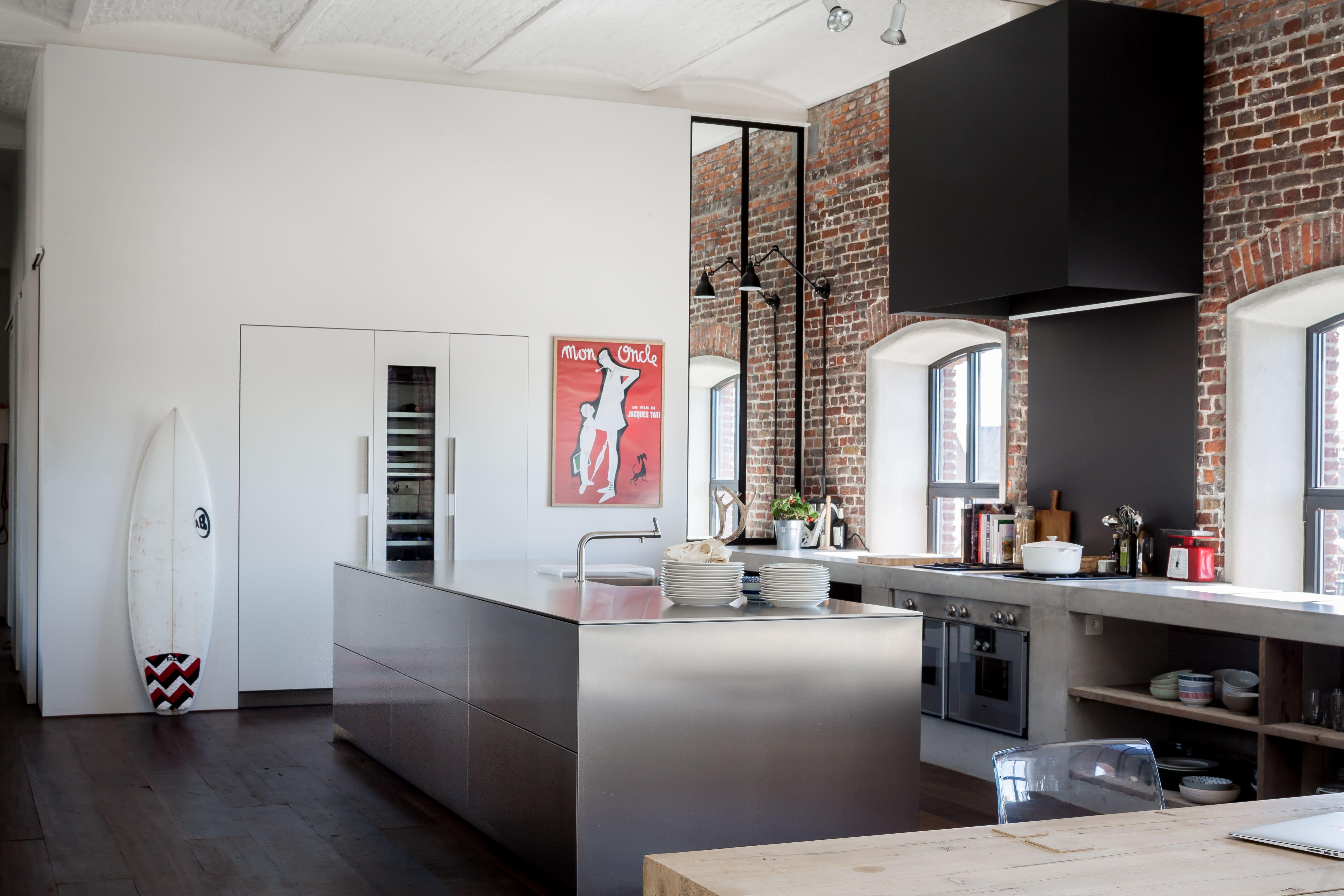 B keukeneiland in inox en wandmeubel in witte laminaat loft by k