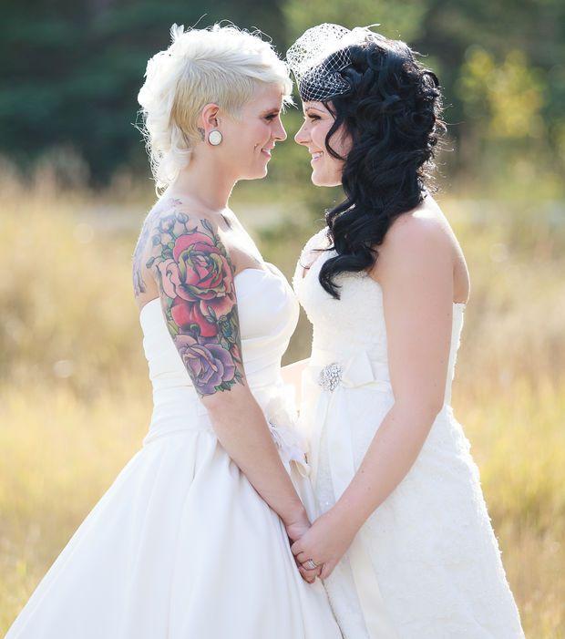 Une sublime rose rouge tatouée sur le bras de cette mariée