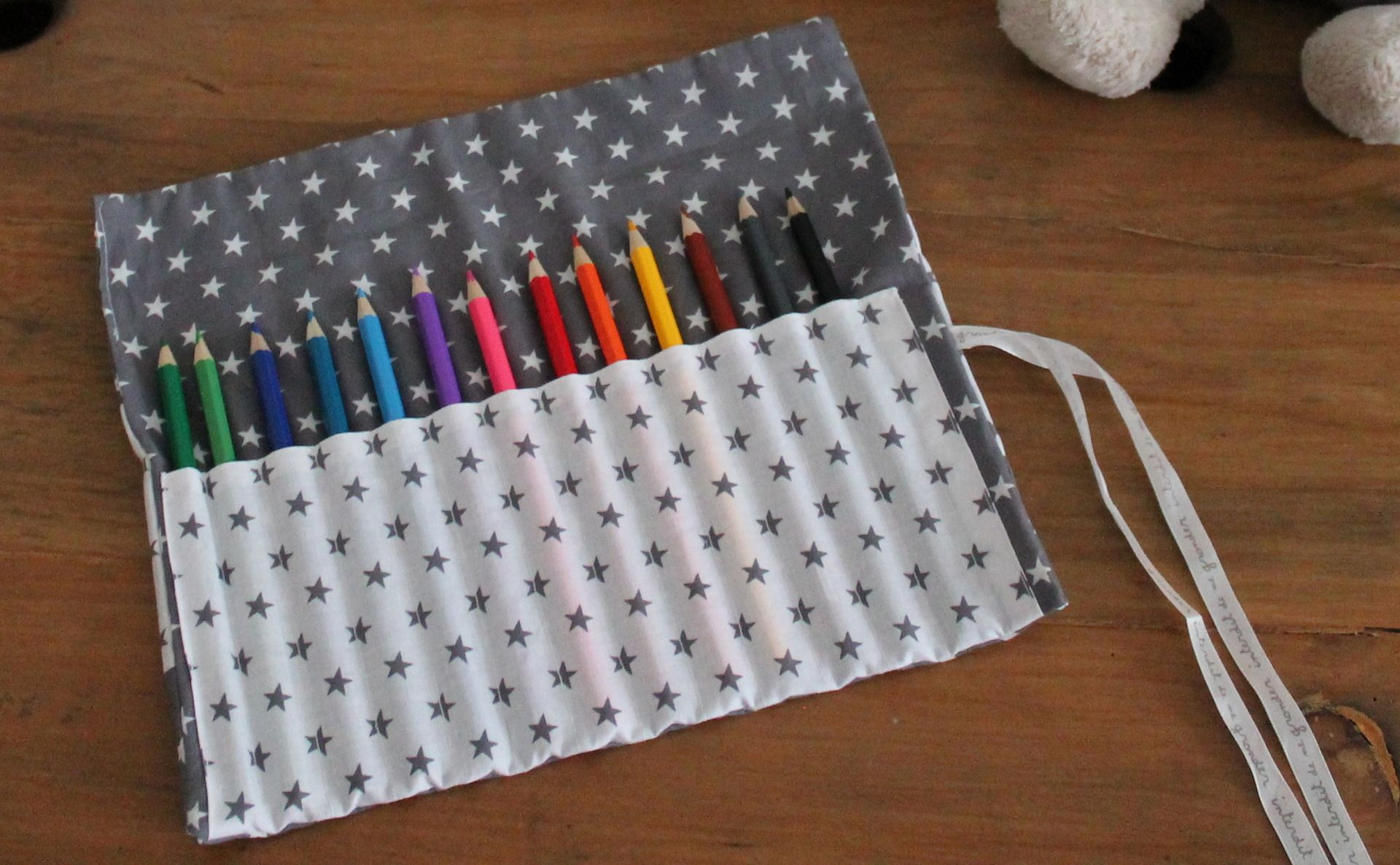 pochette roulee trousse crayons couleur feutres home made sewing diy et fabric. Black Bedroom Furniture Sets. Home Design Ideas