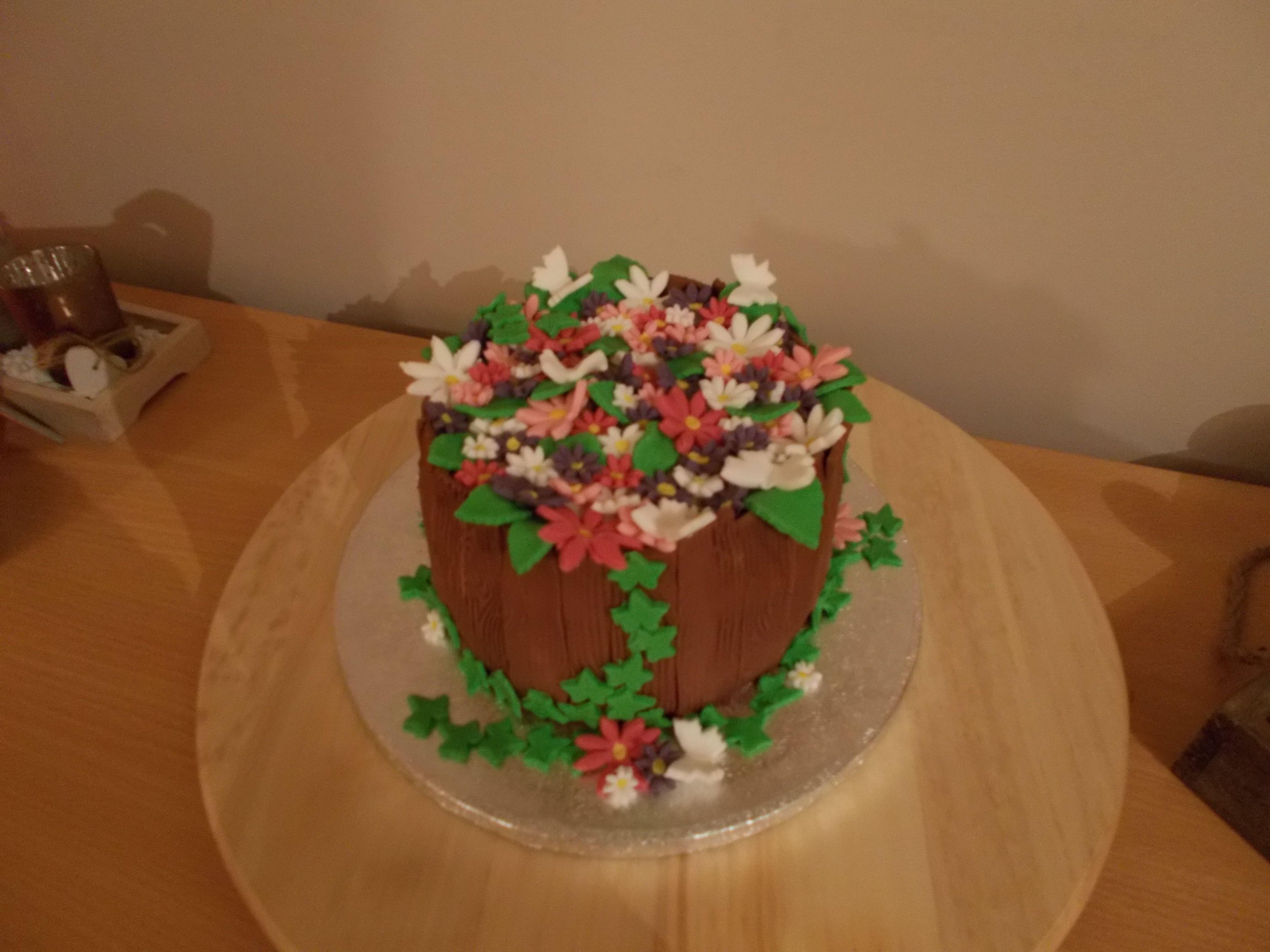 bloemenmandje gevuld met chocomouse , slagroom en rood fruit