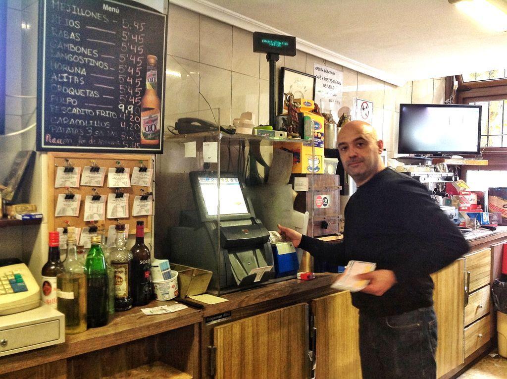 Enrique, en el bar del Moro, te deja la botella junto al vaso. #Santander #Cantabria