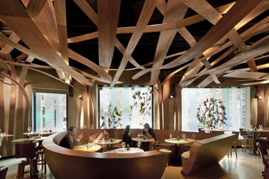 O Ikibana Restaurant, em Barcelona, é uma fusão da gastronomia japonesa e brasileira. O desafio dos arquitetos era encontrar um ponto de equilíbrio das duas culturas, e eles apostaram na simulação das paisagens, pontos fortes dos dois países.  Imagem e projeto: El Equipo Creativo