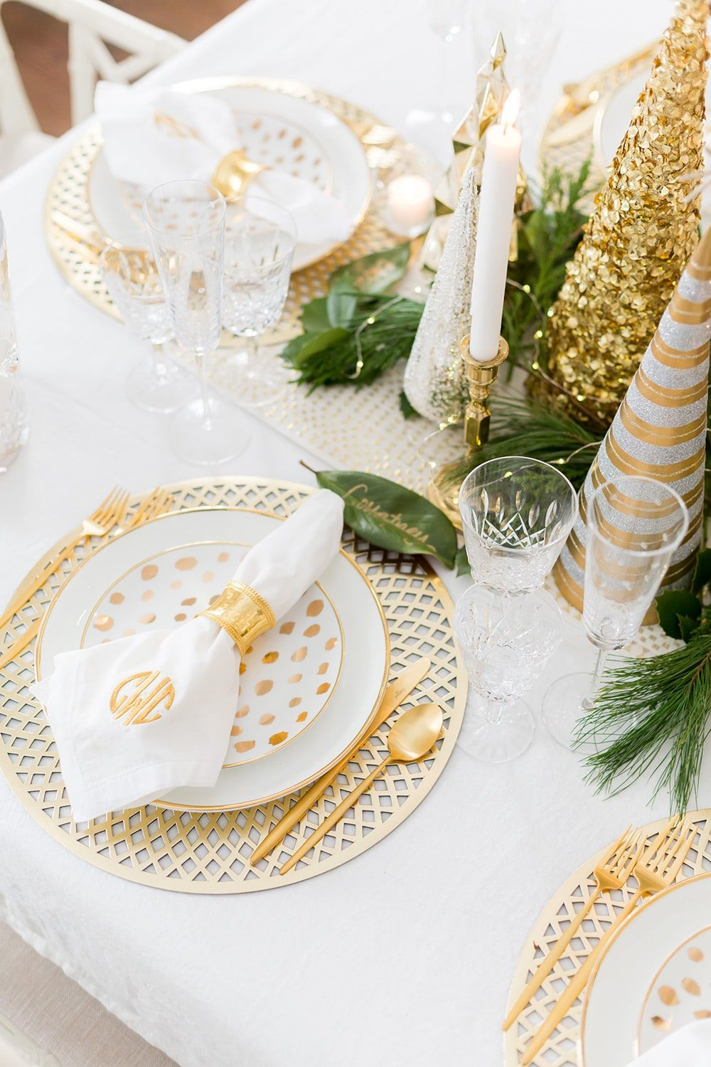 White And Gold Christmas Tablescape Gold Christmas Decorations Christmas Dining Table Christmas Tablescapes