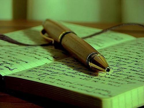 Una scrittrice straordinariamente prolifica, uno dei circoli letterari più esclusivi del Novecento, un diario che annota fedelmente opinion...
