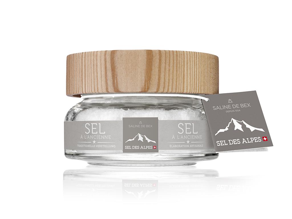L'authenticité dans votre assiette. Issus d'une production exclusive, les cristaux de sel rares et fragiles sont récoltés à la main par nos artisans avant d'être séchés sur du bois de mélèze. Le sel est amené directement de la roche à votre palais, selon les méthodes ancestrales, sans aucun additif.