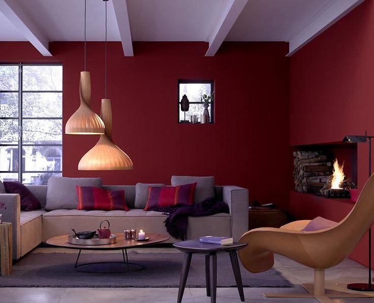 Ein kräftiges Ziegelrot an der Wand verbreitet in diesem - wohnzimmer mit rot