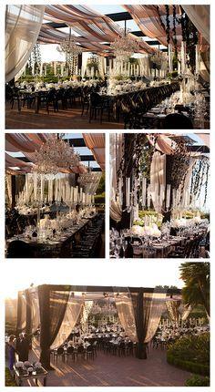 Sillas y mesas de madera con candelabros de cristal!