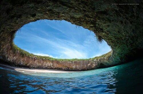 Playa Escondida, Islas Marietas, México. Esta magnífica playa escondida fue creada por una explosión militar en 1900. Sólo se puede acceder nadando a través de un túnel.
