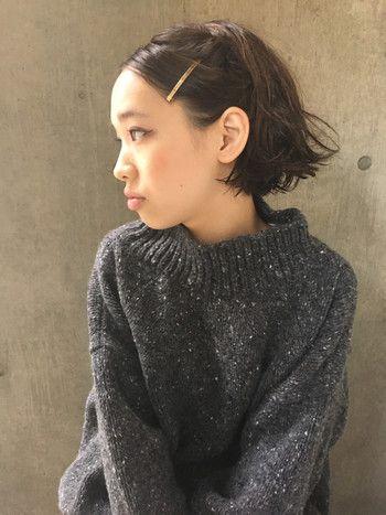 前髪ごと、大振りなヘアピンで留めてのアレンジもシンプルなファッションと相性バッチリです。