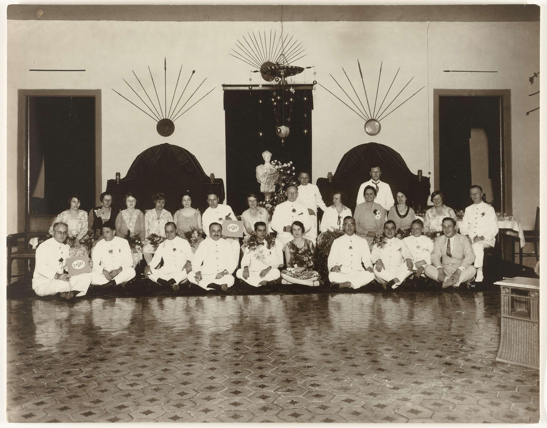 Anonymous | Afscheidslunch Bertsch 3-12-1928, Anonymous, 1928 | Afscheidslunch Bertsch 3-12-1928 in het gouverneurshuis te Solo, groepsportret.