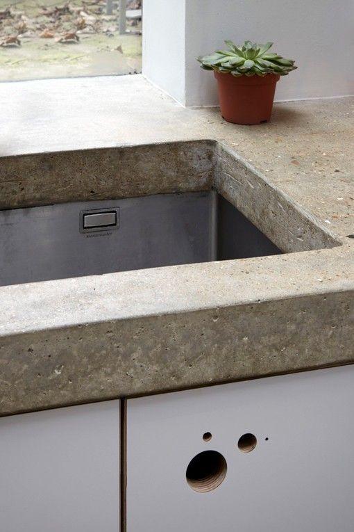 Ampliación de una cocina hacia el jardín, con encimera de cemento