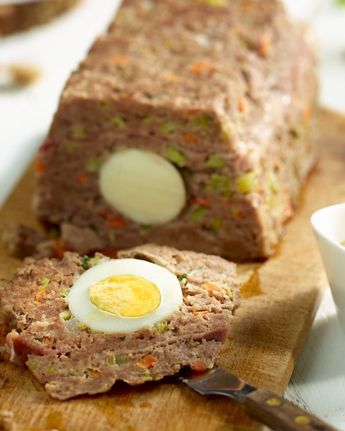 Een variatie op vogelnestjes, maar dan voor een grote groep: gehaktbrood met hardgekookte eitjes, maar ook boordevol groentjes.