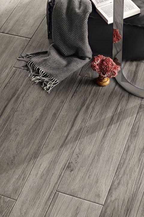 Harmaan Eco Dream Sandalo -laatan pinta jäljittelee puunsyykuviota kauniisti. Yhdistelemällä 15x90 cm ja 22,5x90 cm kokoisia laattoja saat aikaiseksi monimuotoisia ja ajattomia lattiapintoja.