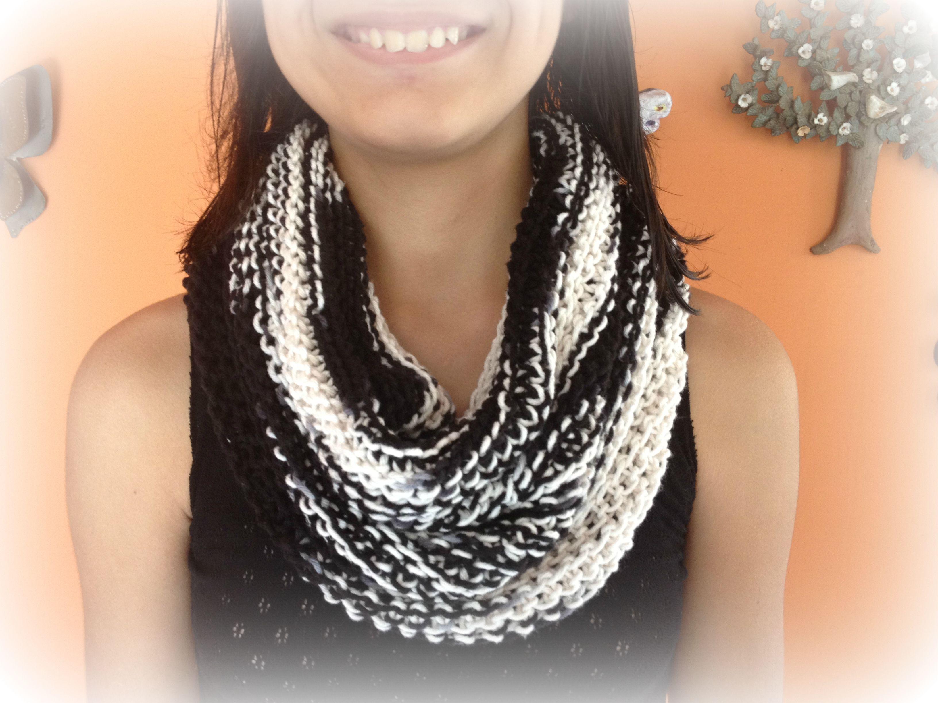Bufanda infinita tipo collarín, color blanco y negro. Tejido con la técnica de dos