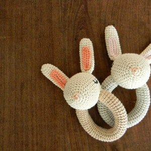 Patrón sonajero conejo