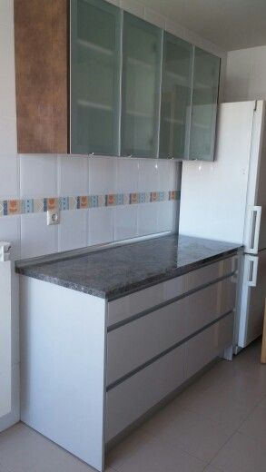 Cocina con muebles altos de 70x70 con puertas vitrinas de for Muebles altos de cocina