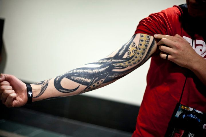 Photo of Octopus – I love the tentacles coming down the arm like this. So much love.
