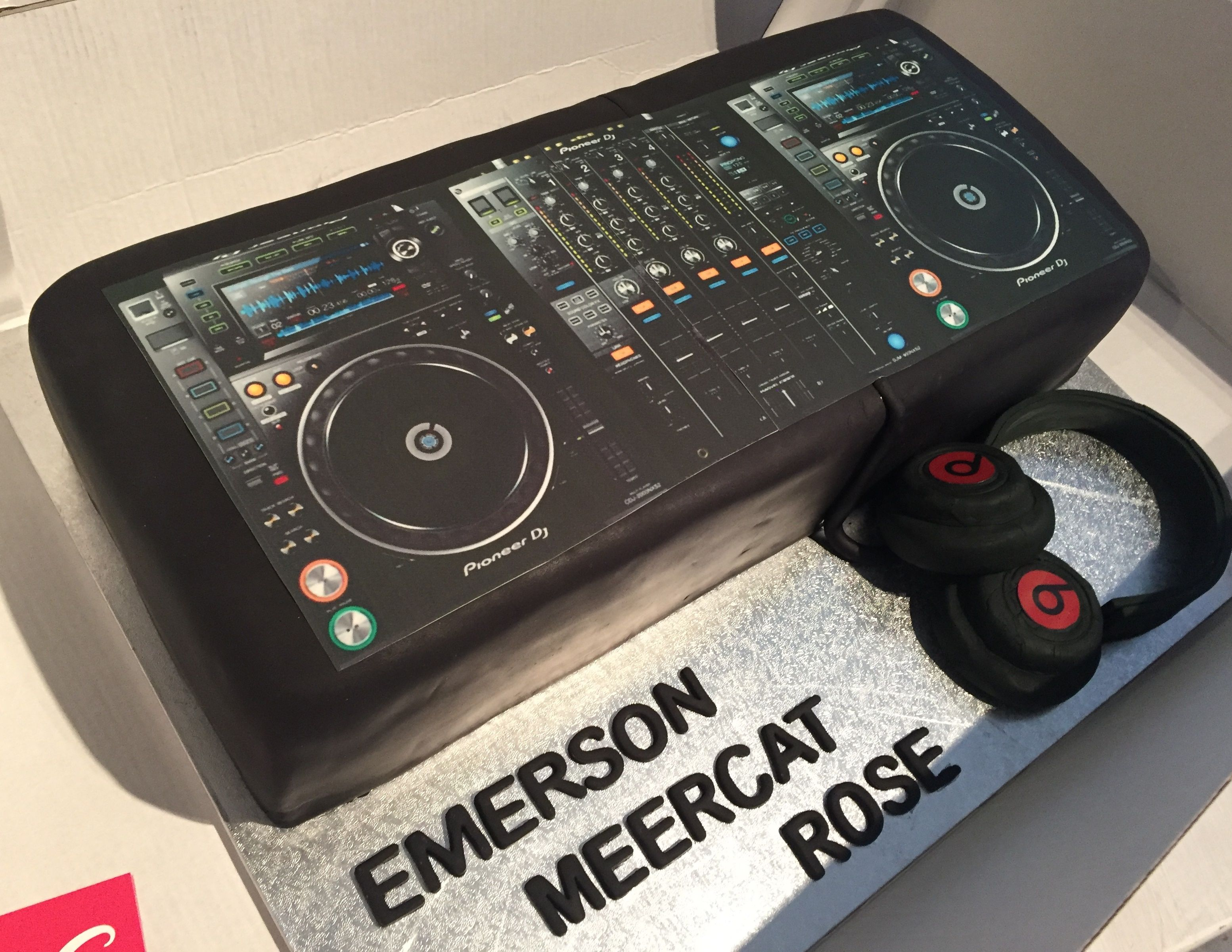 Superb Dj Deck Cake And Beats By Dr Dre Headphones Dj Cake Dj Decks Cake Birthday Cards Printable Trancafe Filternl