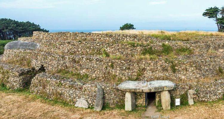 À l'extrémité de la presqu'île de Rhuys, sur la commune d'Arzon, le site mégalithique du Petit-Mont domine l'océan et le Golfe du Morbihan.  Depuis les bâtisseurs du Néolithique, le cairn a servi de belvédère pour les militaires et de repère pour les marins. Dans un environnement naturel exceptionnel. En effet, on passe d'une tombe mégalithique de près de 6 000 ans d'âge à Jules César