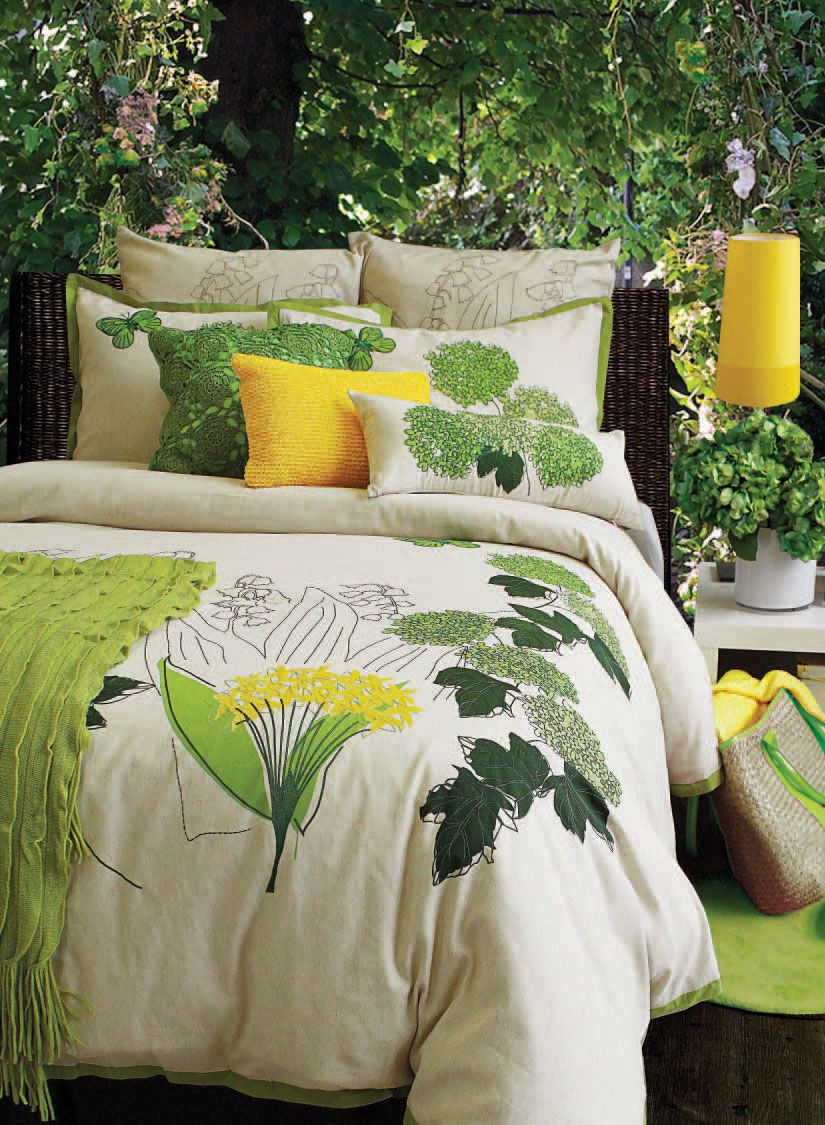 Eden evokes the country comfort of an English garden with its hydrangeas in full bloom! Green foliages, butterflies and burst of hydrangeas are exquisitely embroidered on a linen background providing a relaxing haven for a good night's rest.     Consists of 70% cotton and 30% linen, embroidery and hand paint.