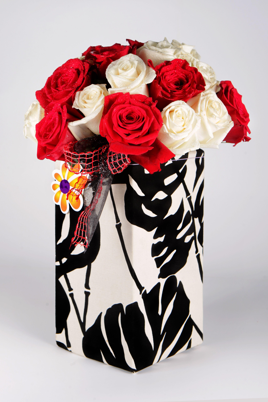 Ramo De 24 Rosas En Dos Colores En Hermosa Caja Decorativa Gift Wrapping Gifts Wrap