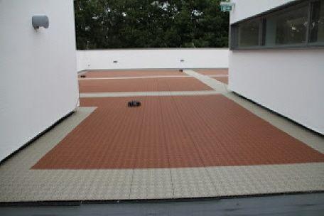 Dachterrasse - Dachgarten mit Bergo XL Terrassenfliesen in terracotta und sandbeige