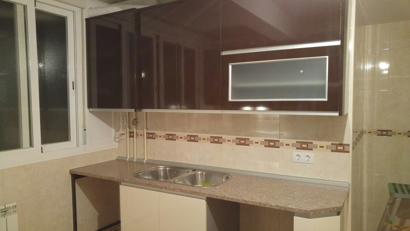 Cocina en brillo chocolate y beige muebles de cocina for Muebles beige