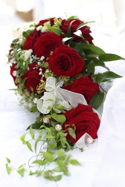 Brautstrau in Wasserfallform aus roten Rosen  Torty