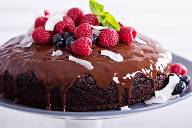 La torta vegana al cioccolato è un dolce davvero delizioso perfetto per chi segue una dieta vegana ma non vuole rinunciare ad alcuni piatti e sapori. Ecco la ricetta