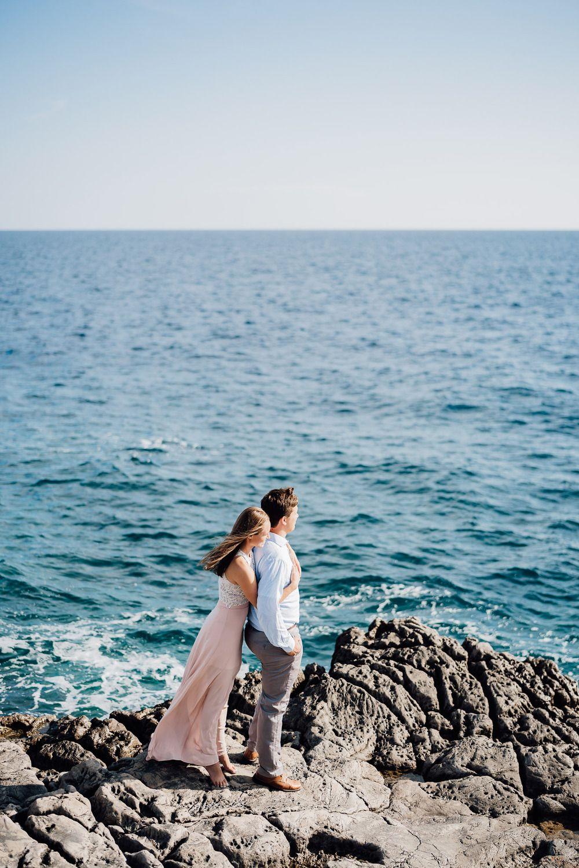 Девушка фотографируется на море.