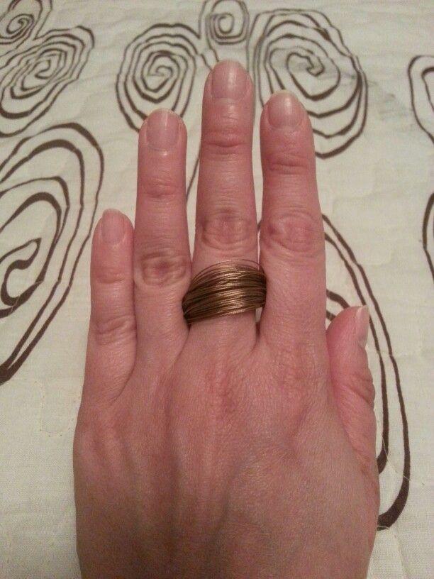 Anillo de alambres en tono bronce