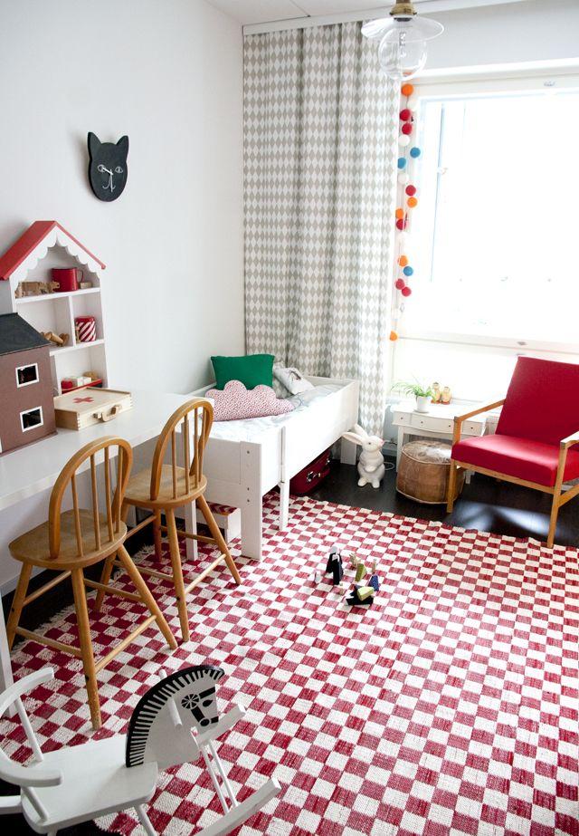 Una vieja colcha reconvertida en alfombra decoraci n de - Alfombras habitacion ninos ...