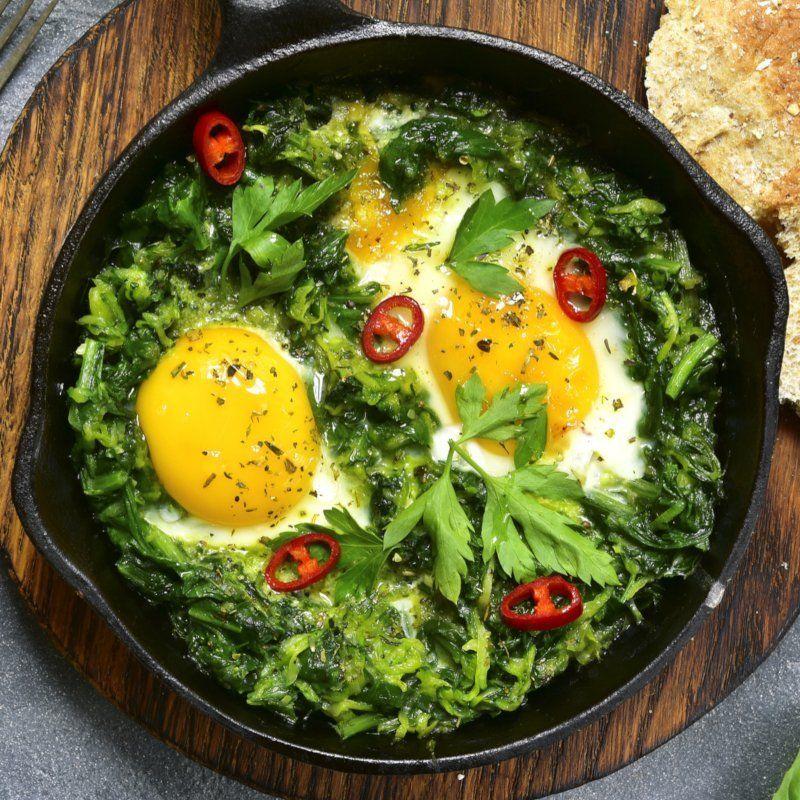 Dieses grüne Shakshuka ist Low Carb, lecker und einfach zu machen. Hier findest du das komplette Rezept, welches vegetarisch ist und sich bestens zum Abnehmen eignet. #gesund #abnehmen #rezept #lowcarbveggies