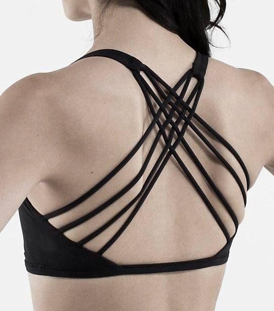 Dieser BH bietet neben dem sexy 'Strappy'-Back, auch genug Platz für sporltiche Freiheit und Schweiß. Hier entdecken und kaufen: http://sturbock.me/vRt