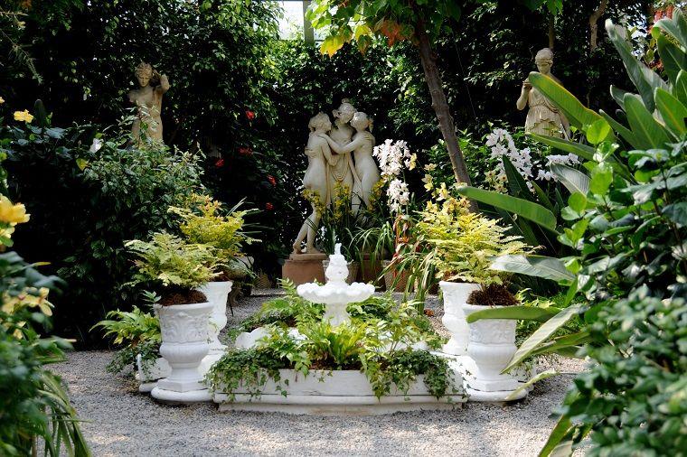 Idee Per Il Giardino Piccolo : Decorazione giardino con una fontana e statue idee per il