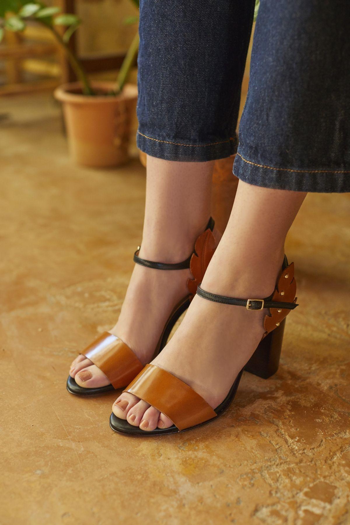 3f961a7d310d96 Sandale à talon en cuir lisse cognac et noir avec détails feuilles ...