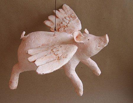 """Ein """"Flügelschwein"""" aus Pappmaché - wenn das kein Gutelaunebringer ist..."""