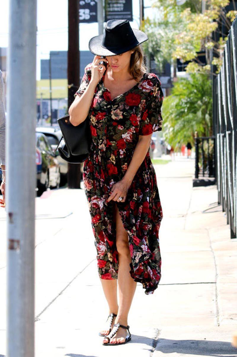 Elisabetta Canalis, il vento solleva il vestito e... FOTO ...