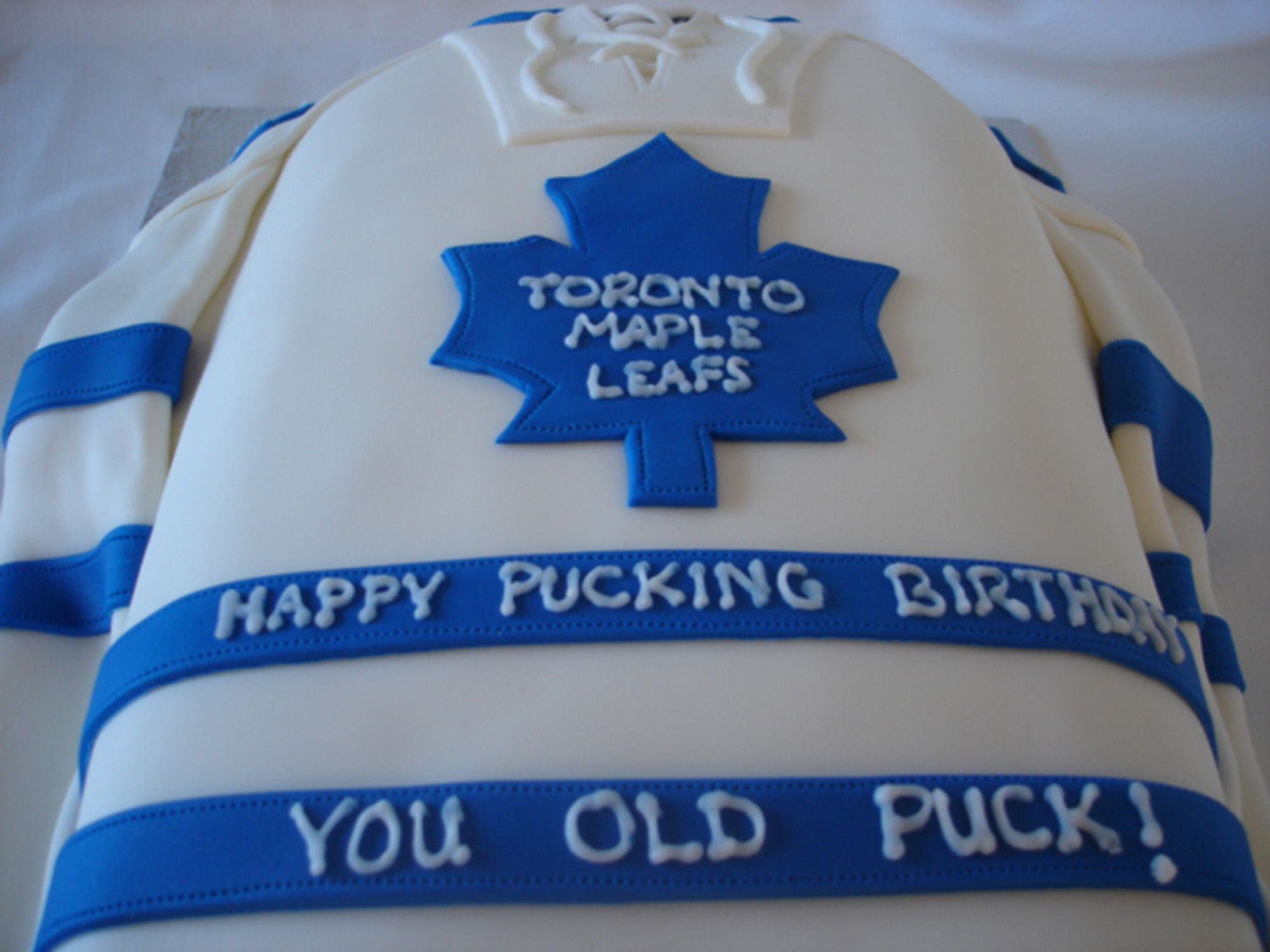 pretty nice 26025 d19c3 Leafs jersey cake | Shaped cakes in 2019 | Toronto maple ...