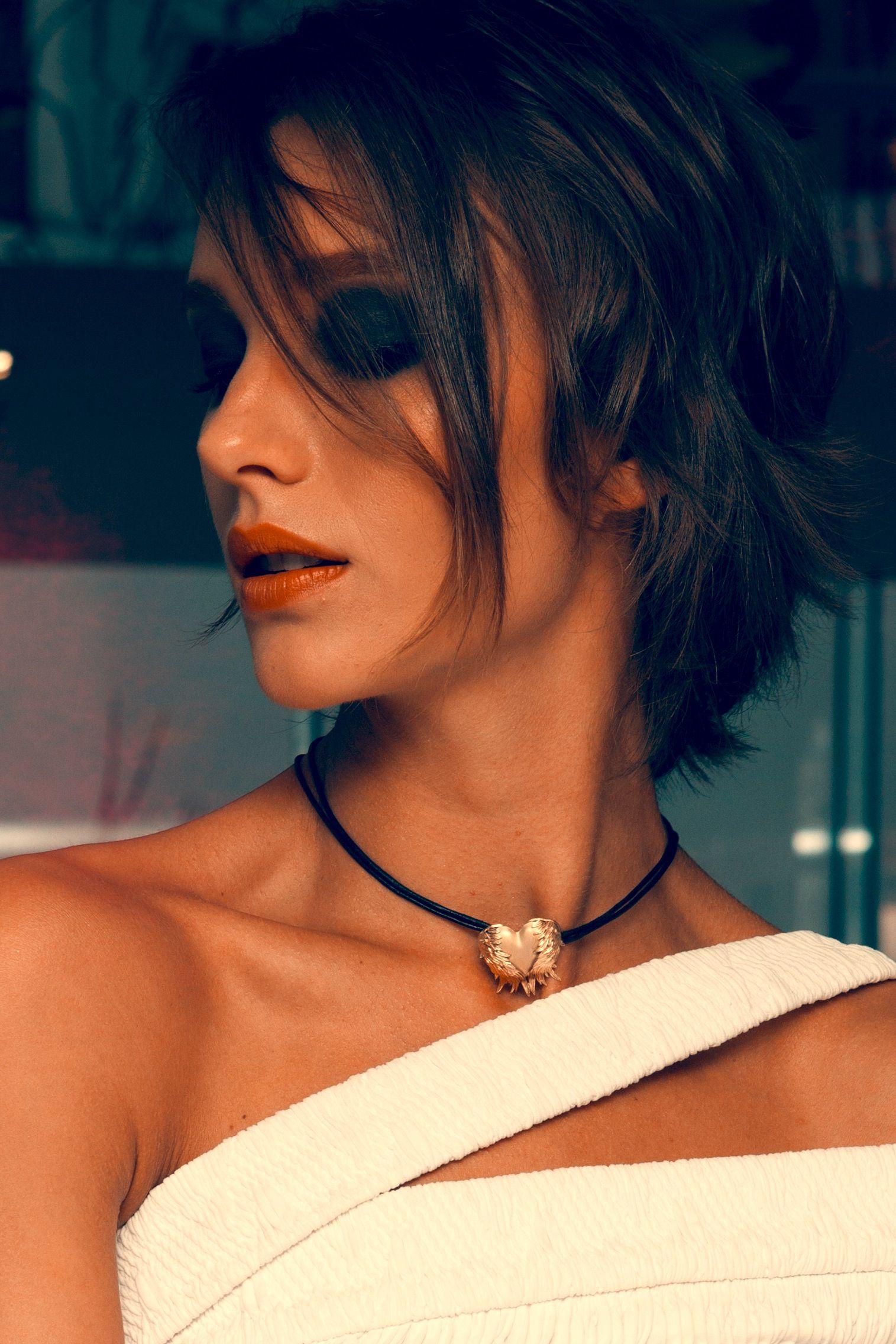 Isabel Hickman prova o pingente de ouro com colar de couro da coleção Gabriel Spaniol @isabelhickman