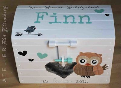 Geboortekist met naam: houten speelgoedkist in de vorm van een schatkist beschilderd met elementen van geboortekaartje. Een uniek kraamcadeau!