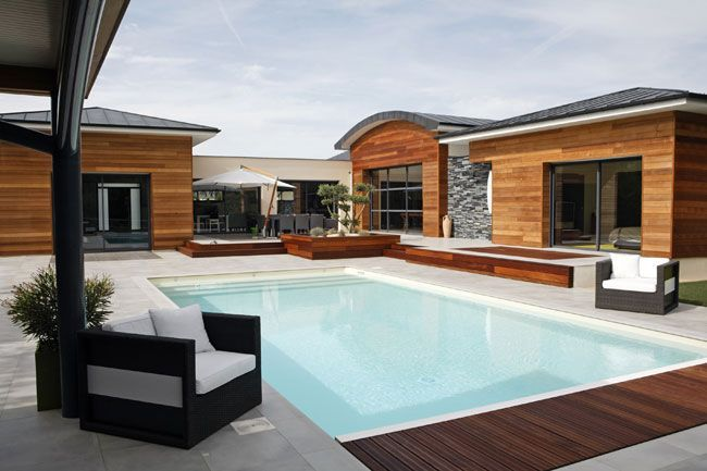 Pierre naturelle et bois aux abords de la piscine aménagement - amenagement bord de piscine